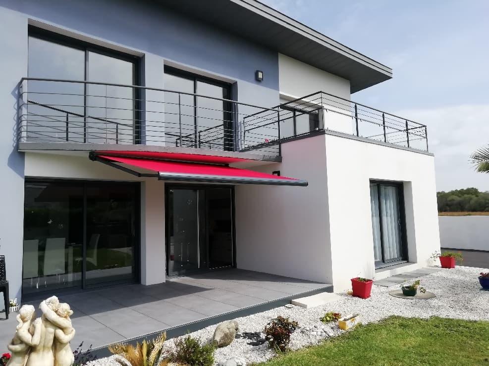 Store banne rouge sur une maison en Bretagne